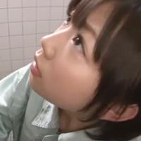 おしっこを我慢出来ずに男子トイレに駆け込んでしまった紗倉まなチャン-のサムネイル画像